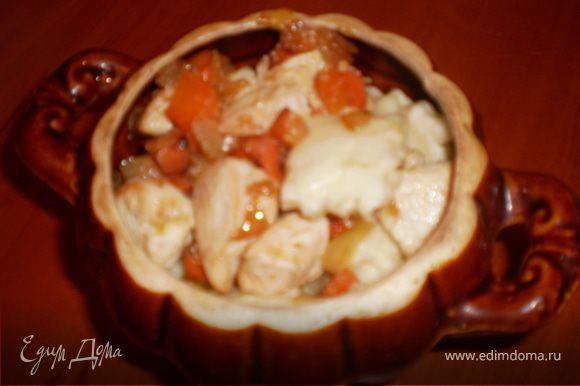 Сложить в горшочки вместе с курицей и овощами, подлить немного бульона и положить сверху сливочное масло. Потушить в духовке 10-15 минут.