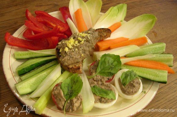 Все овощи, кроме помидора, нарезать соломкой и подавать с соусом.