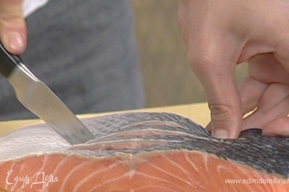 Вдоль филе семги сделать несколько надрезов глубиной около 1,5 см (с той стороны, где есть кожа).