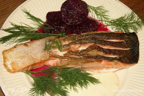 Семгу и свеклу выложить на тарелку, посыпать укропом и подавать вместе с соусом.