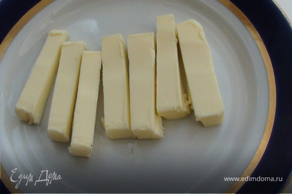 Масло нарезать небольшими прямоугольниками. Яйца слегка взболтать, подготовить панировочные сухари. Разогреть сковороду, добавить масло.