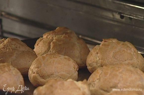 Выпекать эклеры 15 минут в разогретой духовке, затем убавить температуру до 150°С и выпекать еще 10 минут.