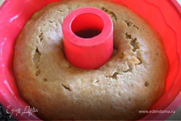 Форму для выпечки смазать маслом, выложить тесто, разровнять и выпекать при 180*С около 40 минут. Готовность определить проткнув кекс деревянной шпажкой, она должна остаться сухой. Перед подачей кекс посыпать сахарной пудрой.