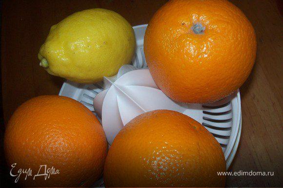выжимаес сок из апельсинов и лимона, процеживаем от мякоти.