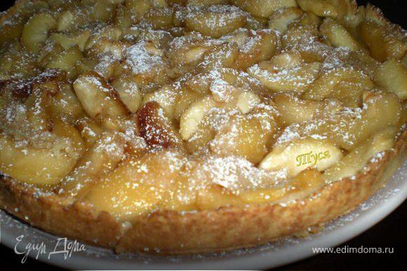 Выложить на тесто яблоки без сока,выпекать 35-40 мин. Затем на яблоки вылить оставшийся сок из сковороды и посыпать 1 ст. ложкой сахара и выложить кусочки слив.масла. Поставить в духовку на 3-5 мин на верхн.полку,чтобы яблоки карамелизировались.