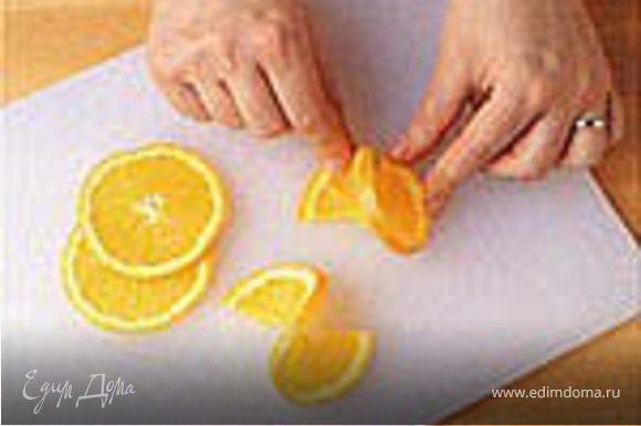 Лимон вытереть, нарезать тонкими кружочками. Изюм, белое вино, уксус, лавровый лист, соль, сахар, перец горошком - добавить к луку.