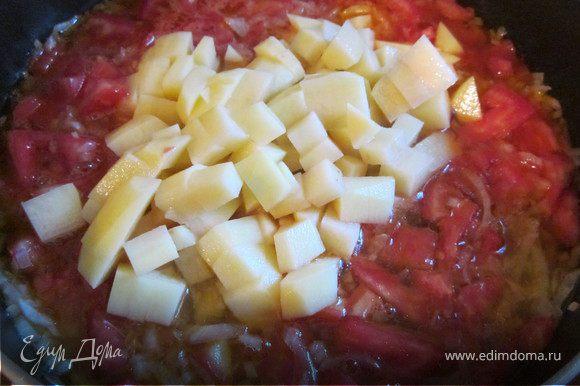 Добавить две мелко нарезанные картофелины, рыбный бульон, чтобы овощи были покрыты.