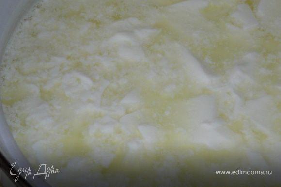 Наркыть крышкой,поставить в теплое место,можно поставить в таз с теплой водой,это в том случае если на кухне холодно.Емкость с молоком не тревожить,не мешать,не взбалтывать.Примерно через 1,5-2 часа образуется сгусток.