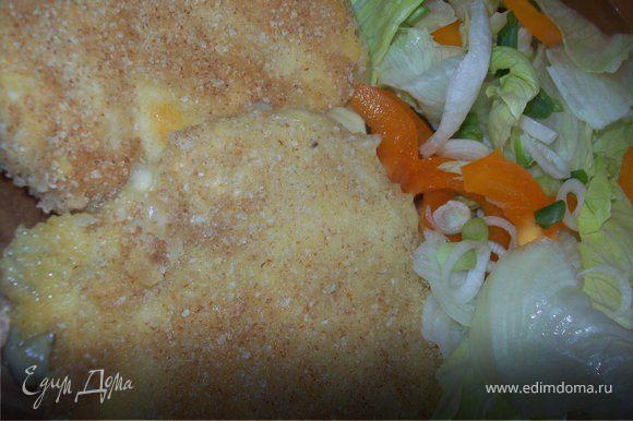 разогрейте масло на сковородке и очень быстро обжарьте шницель с обоих сторон...гарнир к шницелю прекрасно подойдет овощной салат