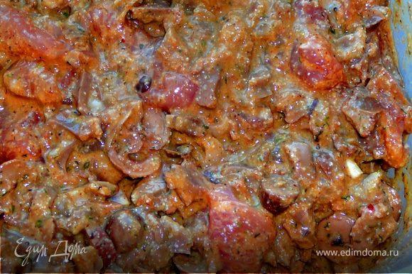 Переложить все в обьемную емкость,перемешать с сырым мясом,добавить яйца,манку,соль,лук,мелко порезанный чеснок,перец,приправы и специи,перемешать.