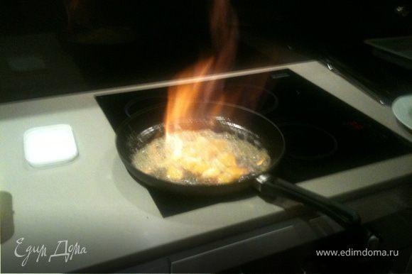 На горячей (!) скороводе растопить сливочное масло (не давать ему темнеть), всыпать сахар и быстро мешать до его растворения, затем добавить апельсины, продолжая активно помешивать, пока сахар с маслом не закарамелизируется. Добавить Grand Marnier или Cointreau (как в моем случае, что есть Апельсиновый ликер). Поджечь и быстро-быстро мешать пока огонь не погаснет.