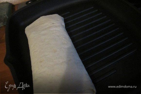 На сухой сковородке, поджарить рулетики с обеих сторон. Желательно подержать под крышкой 5-7 минут.