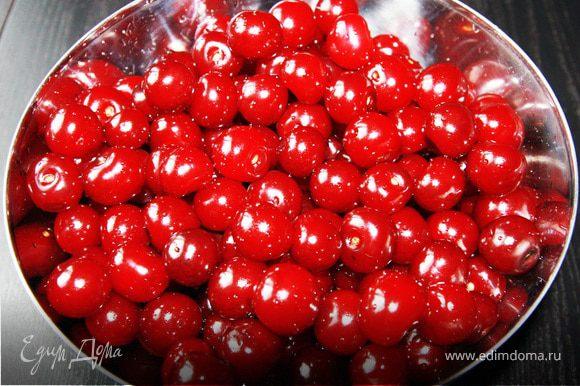 Берем вишню, удаляем веточки, моем ее, оставляя только хорошие ягоды.