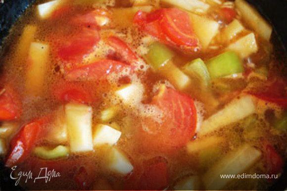 Затем добавить остальную часть воды. Вторую часть помидор порезать( с кожицей) и добавить в суп.Потом добавить чеснок, базилик и перец(специи) и варить 7-10 минут.Добавить лимонный сок.