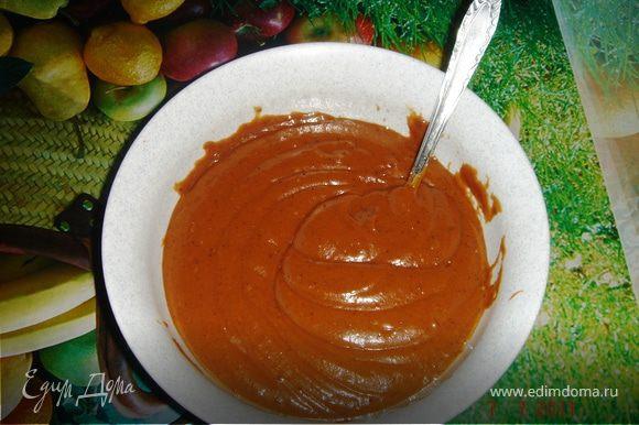 Приготовить крем. Для этого берём глубокую посудину и выливаем варёную сгущёнку. Добавляем в неё мягкое сливочное масло. Затем готовим на плите заварной крем: растапливаем брикет в 300 мл воды. В заварной крем добавляем какао и ваниль. Тщательно перемешиваем. Снимаем с огня и, немного остудив, добавляем заварной шоколадный крем в сгущёно-масляный крем. Снова тщательно перемешиваем.