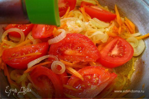 Отдельно делаем соус. Лук порезать кольцами, морковь натереть на терке. Обжарить, добавить помидоры, сахар (1 лож.) соевый соус (1 лож.)