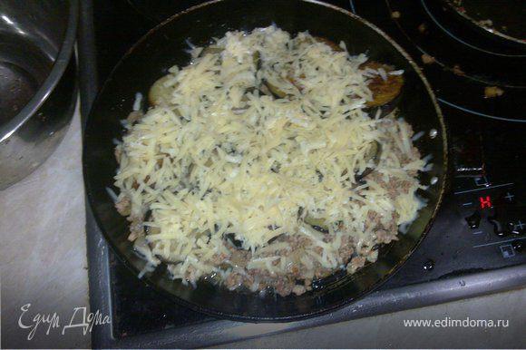 Порежьте баклажаны толстыми кружочками, посолите и отложите в сторону, чтобы из баклажанов выступил сок. Натрите сыр. Измельчите лук, помидор,мясо и чеснок.Затем обжарьте, сначала лук и чеснок, а потом добавьте мясо и помидоры.Добавьте специи.Обжарьте 15 мин. Дайте стечь соку с бклажан и обжарьте с обоих сторон. В блюдо для запекания распположите, череедуя между собой, слой баклажанов и слой фарша, занчите слоем баклажанов. Сверху посыпьте тертым сыром и выпекайте 30 мин. при 180С.