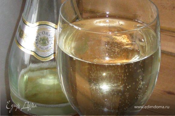 Так как весь процесс с апельсинами и салатом у меня занял не более 10 минут, до добить оставшееся время пока настоится фенхель и дрессинг я решила бокальчиком белой ламбруски Летом очень освежает, равно как и любое иное белое игристое вино (ничего не подумайте – я решительно против бытового алкоголизма!!! … но иногда, особенно в жару…, бокальчик охлажденного белого вина, да в замороженный бокал, да со льдом и разведенный газированной охлажденной минералкой - бывает очень к месту :-))