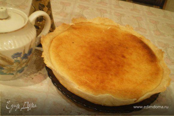 Порубить муку с маслом, добавить немного холодной воды, вымесить тесто и тонко раскатать. Уложить тесто в форму. Смешать творог с подогретым медом, добавить сахар, взбитые яйца, корицу, выложить в форму и печь в духовке на среднем жару 35 минут. Перед подачей присыпать корицей.