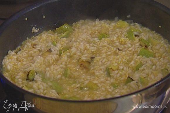 В готовый рис аккуратно вмешать цукини, затем добавить отваренное пшено (примерно 1/3 часть от количества риса), перемешать, добавить измельченную петрушку и сыр.