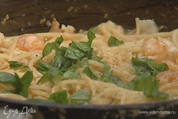 Готовые спагетти поперчить, присыпать оставшимся базиликом и сразу подавать.