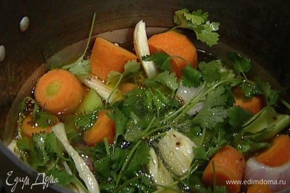 Залить кипятком так, чтобы вода покрыла все овощи, добавить кинзу (несколько листиков оставить) и посолить. Варить до готовности моркови.