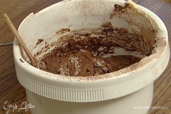 Добавить муку с какао и мускатный орех, все перемешать — тесто должно быть легким и воздушным.