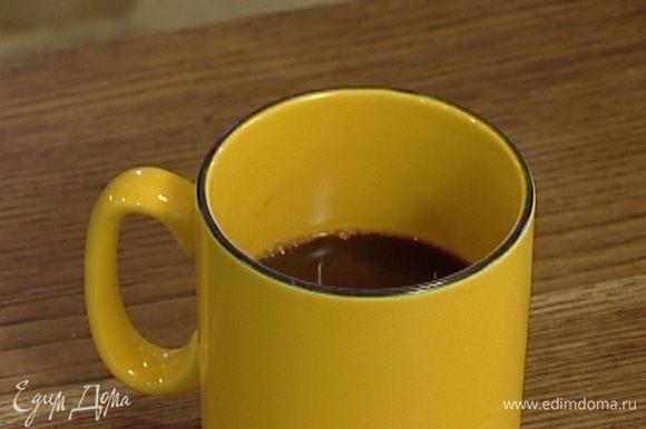 Влить в бокал горячий кофе, добавить сахар и перемешать.