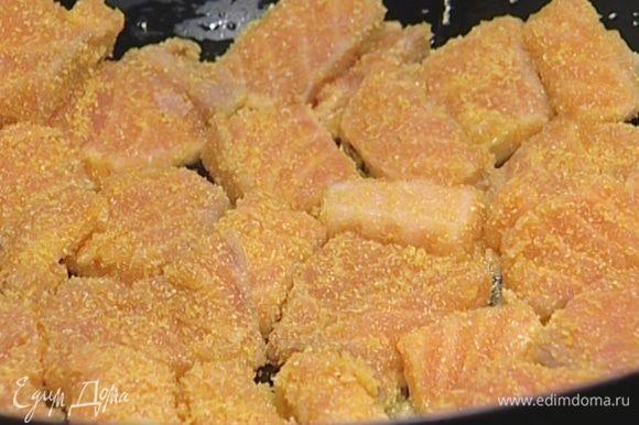 В сковороде вок разогреть по 1 ст. ложке арахисового и кунжутного масла, обжарить рыбу с обеих сторон и выложить на тарелку.