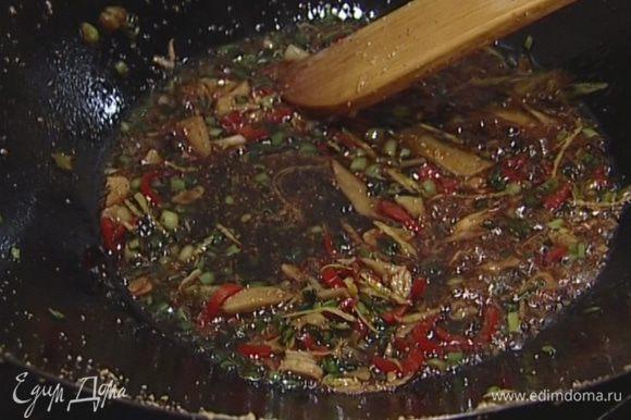 Приготовить соус: влить в вок по 1 ст. ложке арахисового и кунжутного масла и обжарить чеснок и имбирь. Добавить зеленый лук и чили, цедру лимона, сахар, соевый соус, листья мяты и перемешать.