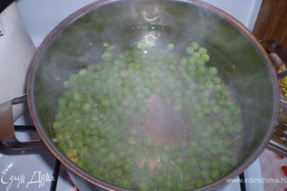 Зеленый горошек варим в подсоленой воде 10 минут