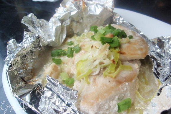 Готовую курочку посыпаем зеленым луком. Я подавала с тонким спагетти, который полила соусом из-под курицы. Вкусно и полезно, рекомендую! Приятного аппетита!