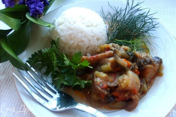 Тушить 35-40 минут. На гаринир я отварила рис, а можно подать и с картошечкой пюре.Посыпать зеленью. Приятного аппетита!