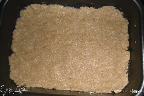Теперь смешиваем муку с овсяными хлопьями, сахаром и разрыхлителем, добавляем размягченный маргарин, яйцо.Хорошо вымешиваем тесто, отделяем небольшую часть и ложим в холодильник. Прогреваем духовку до 170 гр. Тесто раскатываем в пласт, выкладываем его на противень