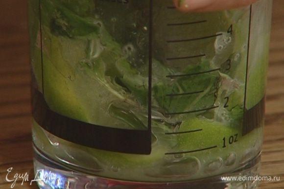 Растолочь нарезанный лайм в шейкере с половиной листьев мяты и сахаром.