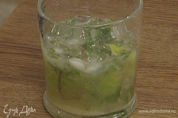 Оставшиеся листья мяты и лед выложить в стакан, процедить в него ром из шейкера.