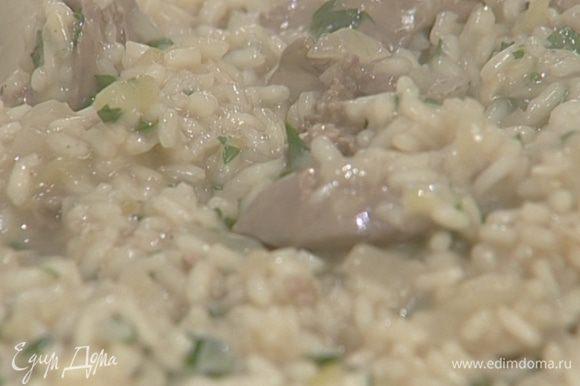 Постепенно, половник за половником, добавлять горячую воду, постоянно помешивая, так чтобы рис впитывал жидкость, а не плавал в ней. Весь процесс приготовления должен занять около 20 минут.