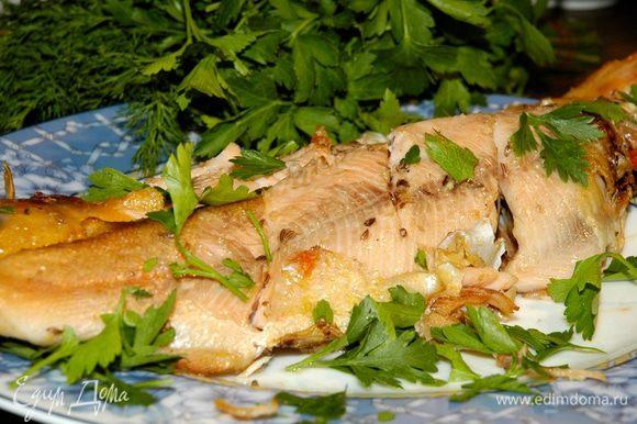На хорошо разогретой сковороде-гриль жарить рыбу по 5–8 минут на каждой стороне.