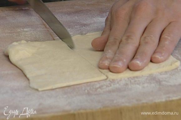 Тесто раскатать и разрезать на небольшие квадраты.