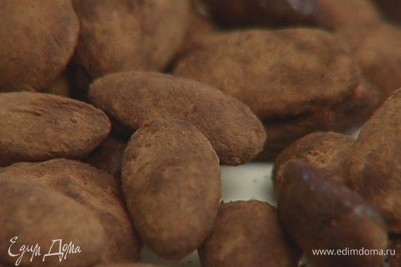 Положить миндаль в сито и слегка потрясти, чтобы избавиться от лишнего какао.