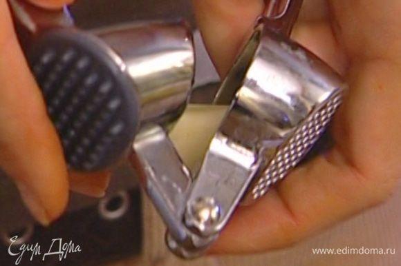 Чеснок почистить, продавить чеснокодавкой или очень мелко нарезать и добавить его в одну часть заправки.