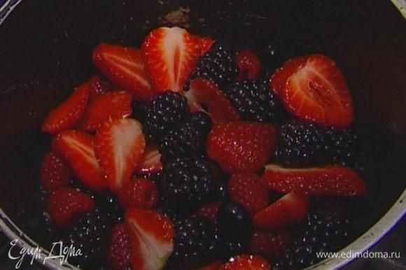 Большую часть ягод уложить в небольшую кастрюлю, добавить сахар и яблочный сок и прогревать 5-10 минут на медленном огне, чтобы ягоды стали мягкими.