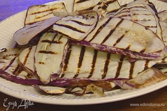 Обжарить баклажаны на сковороде-гриль с обеих сторон.