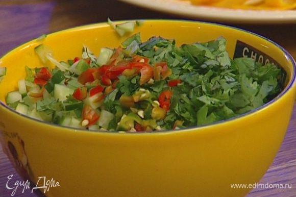 Добавить огурцы, кинзу и оставшийся нарезанный чили в рисово-медовый соус и перемешать. Подавать рис с острым соусом.
