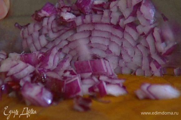 Лук почистить, мелко порубить, добавить к бекону и обжарить до золотистого цвета.