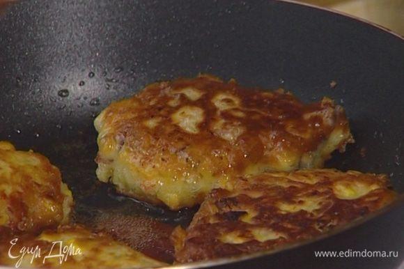Разогреть в сковороде растительное масло, выкладывать столовой ложкой тесто и жарить оладьи по 3—4 минуты с каждой стороны. Переложить на бумажное полотенце, чтобы избавиться от лишнего масла.