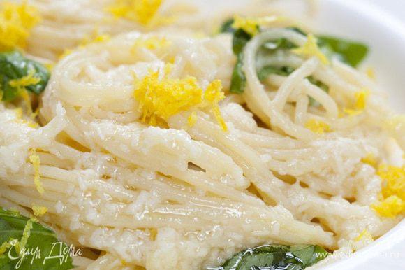 Выложить спагетти на тарелки, присыпать цедрой лимона, оставшимся пармезаном и листьями базилика. Подавать тут же с оставшимся соусом.