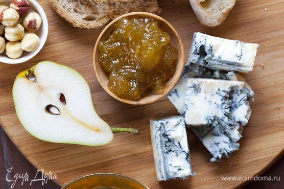 Подать гренки с горгонзолой, орехами, мармеладом, медом и фруктами.