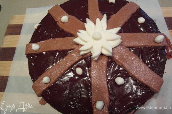 """...но мне уж ооочень хотелось украсить торт Фондантом (машмелоу + сах.пудра + шоколад) т.к. все же он предназначается на День Рождение, плюс насмотрелась шикарно украшенных тортов Оксаны. Взяла у нее мастер-класс, за что ей огромное спасибо (!)...ну, думаю, сделаю много-много цветов и облеплю им весь торт.... сделала 1 цветок и поняла, 1ый урок все же и мне сложно работать с фондантом (уж очень он не просто """"пластилинный"""" и липнет ко всему) и тут я решила остановить свое творчество на """"много-много полосочек"""" :) ...вот как скромно получилось...."""