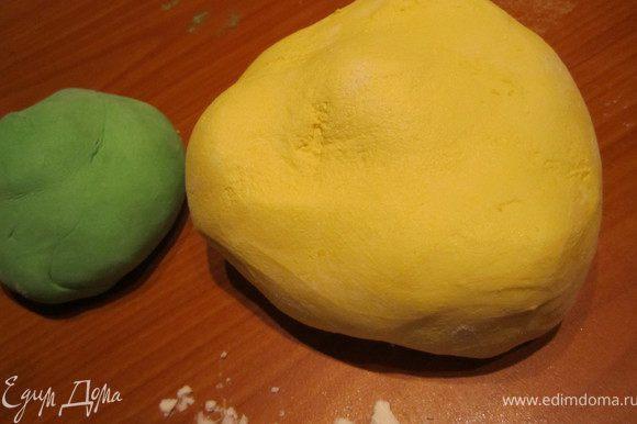 200 гр. маршмелоу растопить. вымесить с сахарной пудрой (500- 600 гр.). Отделить небольшую часть, подкрасить в зеленый цвет. Оставшуюся часть покрасить в желтый.